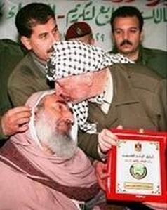 Le Prix Nobel de la Paix, Yasser Arafat, embrasserait-il les idées de Ahmed Yassine, fondateur du groupe terroriste Hamas ?