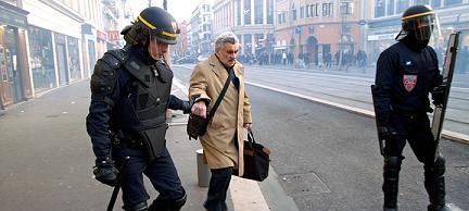 Des personnes âgées sont aidés et protégés par les forces de l'ordre françaises, policiers et CRS.