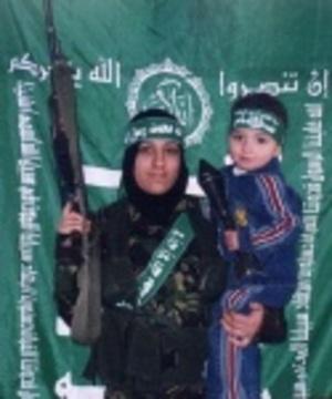 Un enfant et une femme terroriste