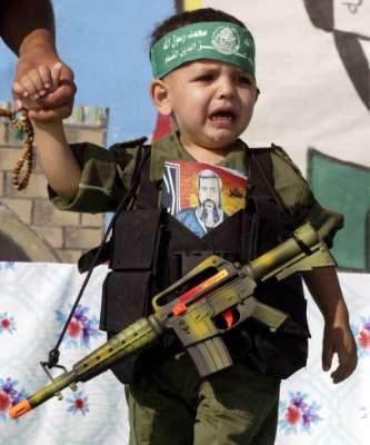 Amusement ou volonté paternelle ? L'idéologie terroriste n'a pas de limites.