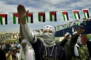 Le Fatah de l'Autorité Palestinienne faisant le salut nazi lors d'une manifestation