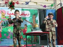 """Voici ce que l'on ne montre pas: des enfants qui """"jouent"""" à combattre les israéliens (et les juifs) dans le monde pour reconquérir capitale de l'État d'Israël, Jérusalem (qui n'est jamais mentionnée dans le Coran)."""