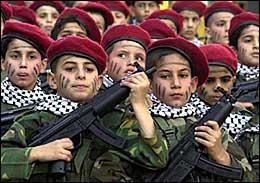 Une armée de jeunes soldats, aux keffiehs de Yasser Arafat, et aux couvre-chefs de l'Autorité Palestinienne. Cette dernière a-t-elle vraiment fait une croix sur l'éducation de la haine ?