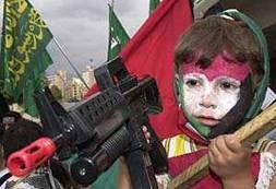 Un enfant déguisé s'amuse avec une arme (jouet): l'éducation militariste et extrémiste font de ces enfants palestiniens des otages de l'immoralité (à vie ?).