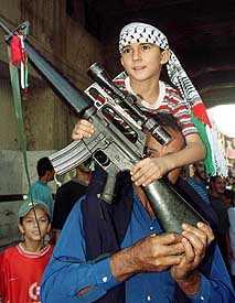 Un enfant avec une véritable arme de guerre porté par son papa: l'amour de son fils passerait-il avant l'islamisme radical ? Quel humanisme...