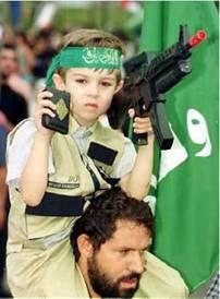 Un jeune enfant éduqué à haïr son prochain, au bandeau du groupe terroriste Hamas
