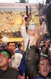 Un jeune enfant qui tient les armes de son père: la haine doit céder sa place à une véritable éducation morale.