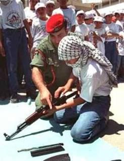Un jeune adolescent qui apprend à manipuler une arme de guerre avec un représentant de l'Autorité Palestinienne.