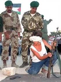 Entrainement d'enfants palestiniens au combat de nuit, sous l'œil d'extrémistes fondamentalistes gazaouis.