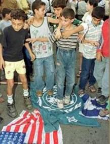 Des enfants palestiniens qui écrasent des drapeaux occidentaux dont celui de l'ONU (que leurs parent utilisent à bon escient avec l'UNRWA par exemple, ou contre Israël): est-ce une simple bataille contre Israel ou une véritable guerre contre l'occident tout entier, et contre ses valeurs ?