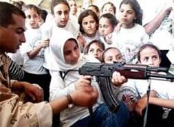 Des gamines palestinienne qui apprennent à tirer avec une Kalachnikov (AK-47). Le droit de la femme palestinienne n'est-il valorisé que dans la haine ?