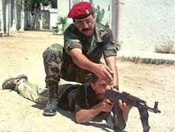 Un enfant palestinien armé en train d'apprendre à tenir une arme, avec un moniteur de l'Autorité Palestinienne. Que font les ONG qui militent contre les enfants soldats en Afrique ?