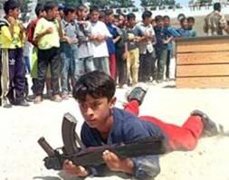Un enfant palestinien armé à l'entrainement militaire, sous l'admiration de ses camarades.