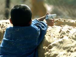 Des enfants soldats, habillés en civil, qui tirent sur des soldats israéliens. Que doit faire le soldat qui se fait tirer dessus par cet enfant ? Pourquoi s'étonne-t-on que des enfants, civils de surcroit, meurent lors des combats ?