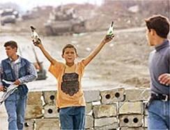 Des enfants palestiniens brandissant fièrement des Coktails Molotov (Cocktails explosifs qui peuvent faire exploser une voiture ou un camion en entier).