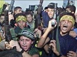 Des enfants armés qui chantent et dansent (et qui portent les bandeaux des organisation terroristes palestiniennes).