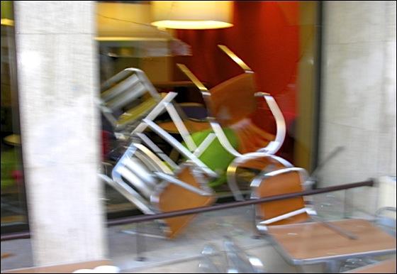 Attaques à coup de chaise et de table aux cris d'Allah akbar faisant voler en éclat les vitrines et sortir les clients terrorisés sous les yeux de vieilles dames choquées réfugiées dans le Damart d'en face, qui en catastrophe baisse ses grilles.