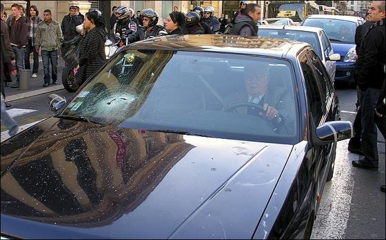Des voitures sont prises pour cible, et leurs pare-brises volent en éclats sous les jets de pierres des manifestants pro-palestiniens.