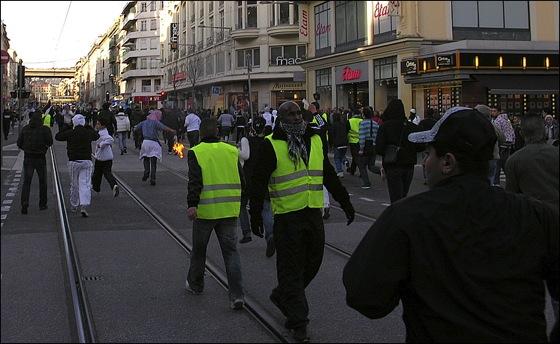 Le service d'ordre de la manifestation anti-israelienne est complètement dépassé.