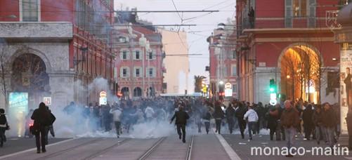 Les CRS parfois sans défense, dépassés par le violence des manifestants.