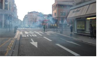 Les manifestant fuient sour les gaz lacrymogènes.