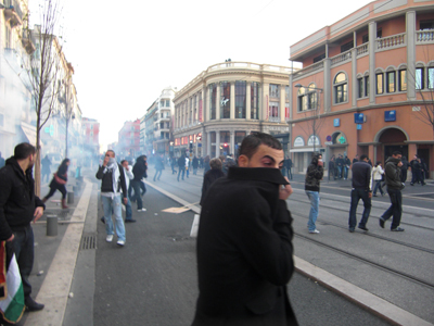 Des gaz lacrymogènes sont utilisés afin de disperser les manifestants pro-palestiniens violents.