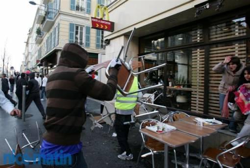 Les manifestants pro-palestiniens qui cassent un Mac Donald, une enseigne américaine de Fast-Food: Manifestation pro-palestinienne ou anti-occidentale ?