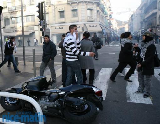 Les manifestants ont renversé plusieurs motos et scooters, en les endommageant sérieusement.