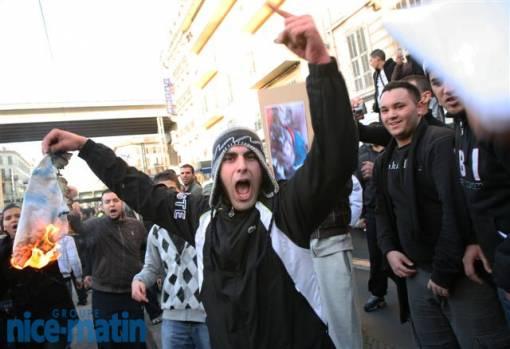 Des manifestants particulièrement violents, contrairement aux manifestants pro-israéliens.