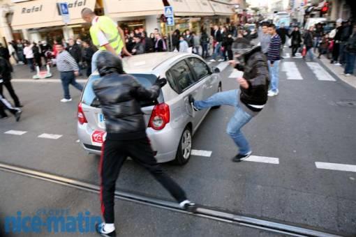 Les manifestants pro-palestiniens s'en prennent aux riverains qui voient leur voiture prise à partie et endommagée.