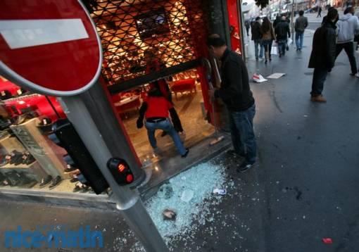 De nombreuses vitrines sont cassées par des manifestants pro-palestiniens.