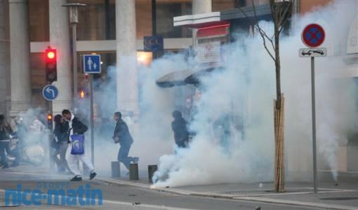 Pour se défendre et protéger les passants venus faire les soldes, les CRS envoient des gaz lacrymogènes afin de dispersée une foule pro-palestinienne hostile aux slogans anti-israéliens et anti-juifs.